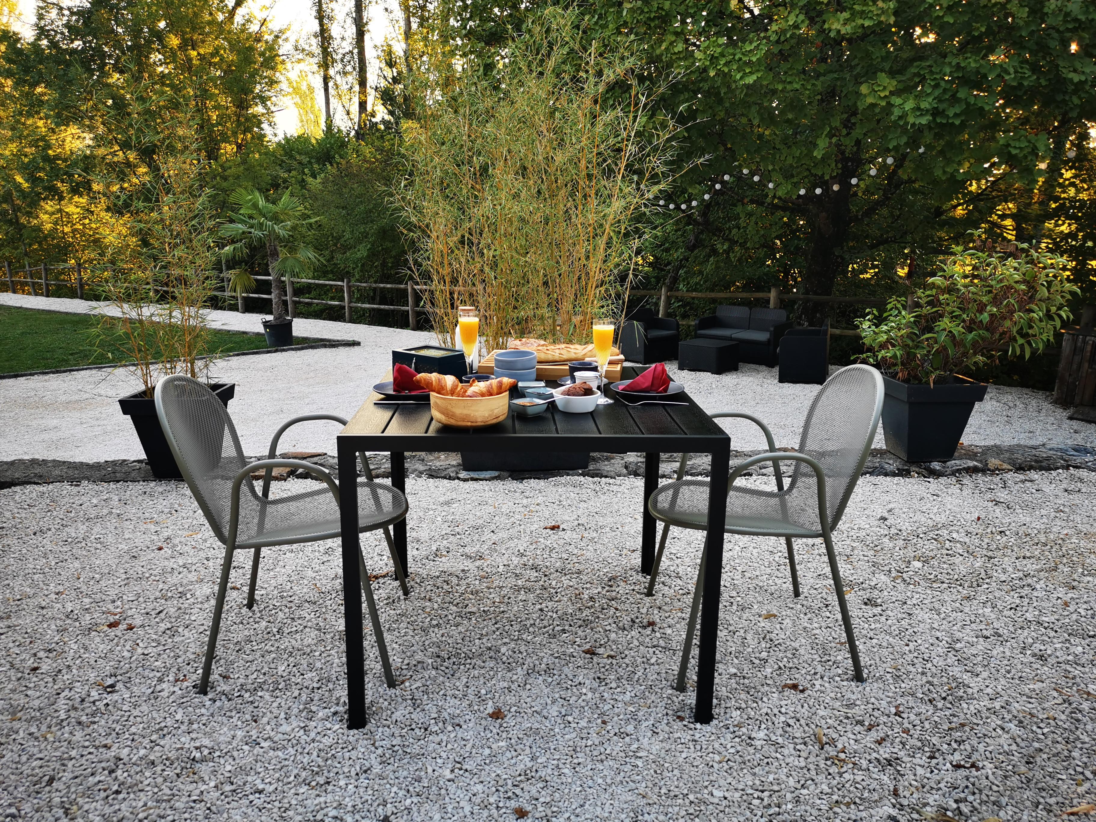 L'étang de la Tourne - petit déjeuner dans le jardin