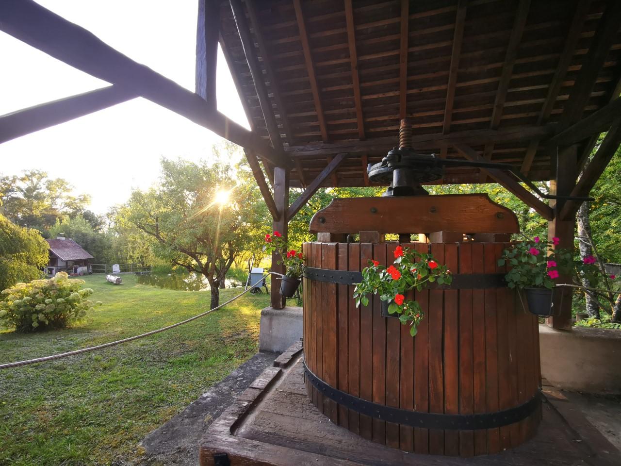 L'étang de la Tourne - Pressoir à l'entrée de la maison