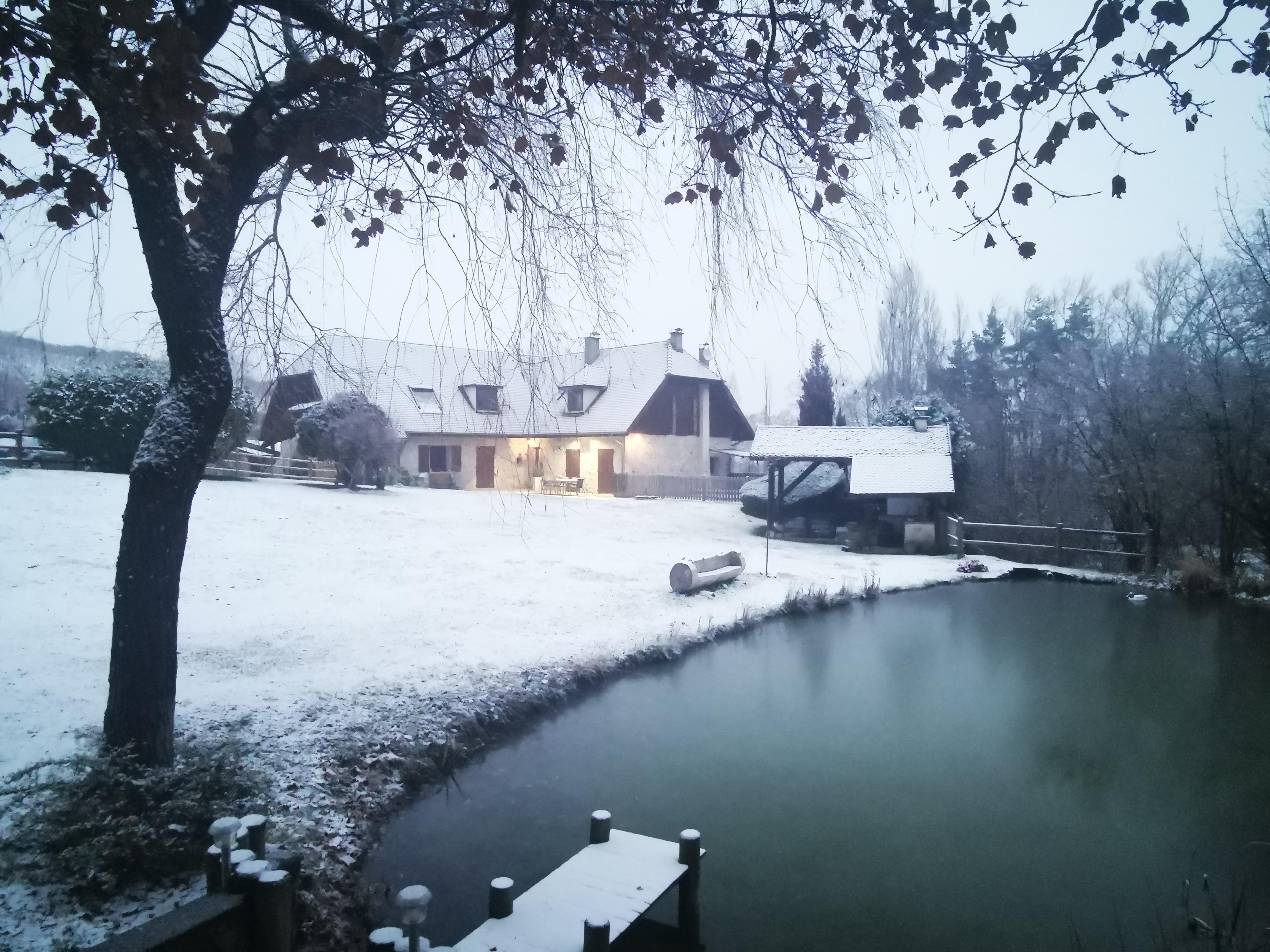 L'étang de la Tourne - Maison avec l'étang enneigé
